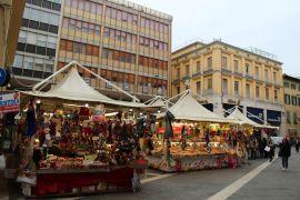 Mercatino natalizio in piazza San Jacopo e Risorgimento