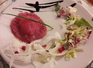 tortello di tonno in cruditè ripieno baccalà e ricotta con insalatina 1